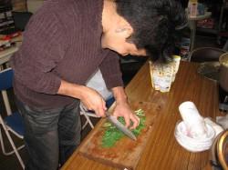 ぶつぶつ言いながら野菜を切るHAMA
