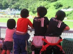 レース観戦中の子供達