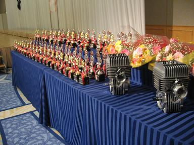 2010近畿地区表彰式 ずらりと並ぶ盾