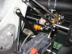 巧みの技にて取り付けられたバッテリー&ブレーキ周り