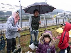 雨の中観戦中